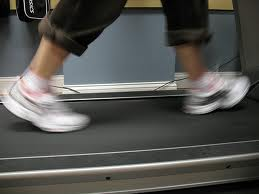 6b1de694d9b4d5c How long do I have to walk in a day to reach the amount of 10,000 steps using a treadmill?
